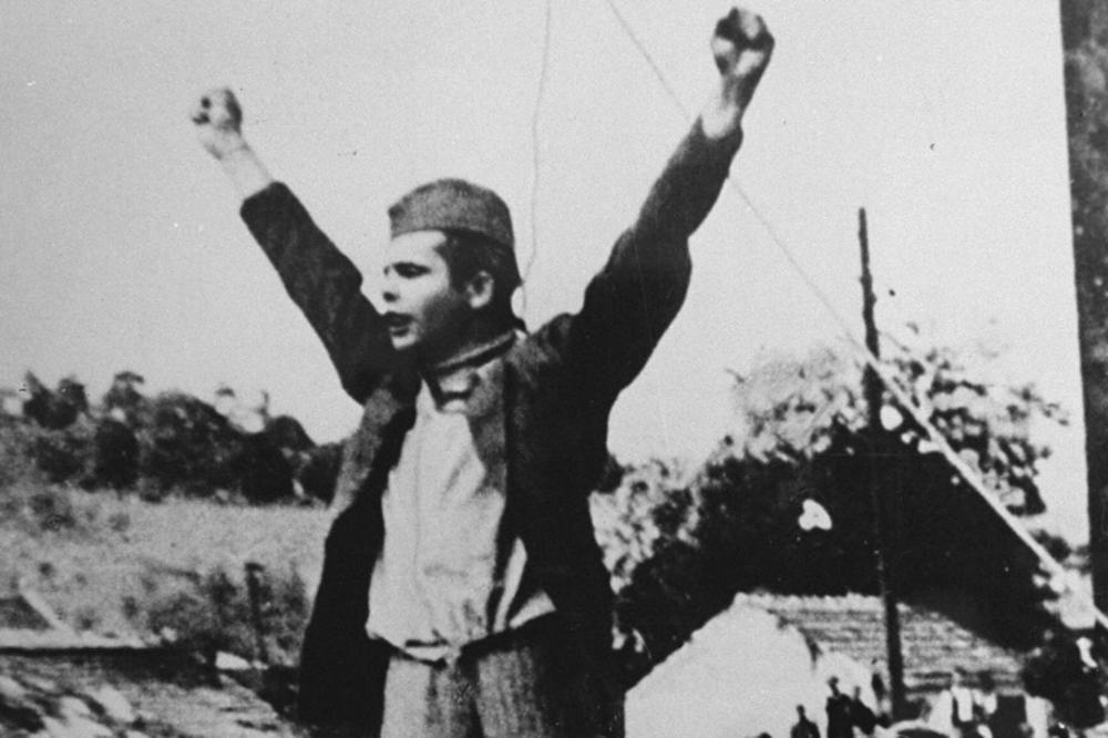 Stjepan Filipovic levant les bras juste avant son exécution