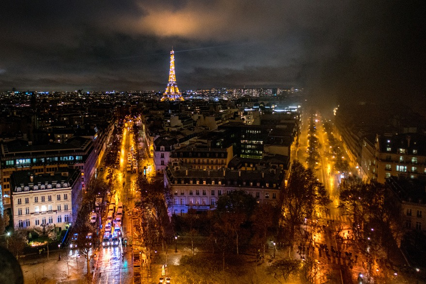 Rues de Paris avec de la fumée, le soir d'une émeute des Gilets Jaunes