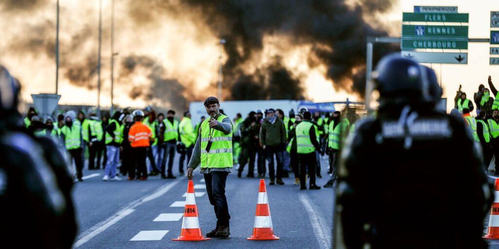 Gilets Jaunes sur un blocage, face  la police