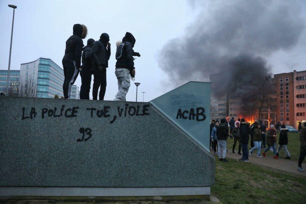 """Tag """"La police tue, viole"""", lors de l'émeute de Bobigny, février 2017."""
