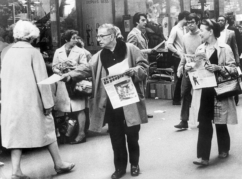 Jean-Paul Sartre distribuant La Cause du Peuple interdite.