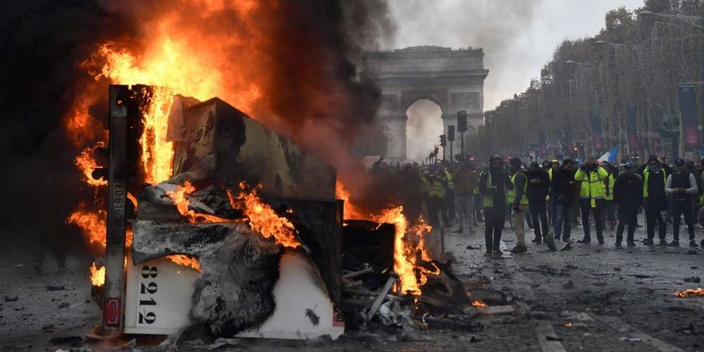 Photo d'émeute sur les Champs-Élysées lors de l'Acte II des Gilets Jaunes.