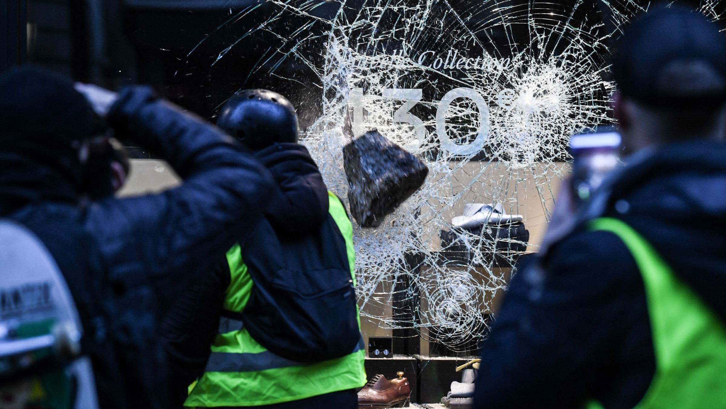 Scène de pillage le 16 mars sur les Champs