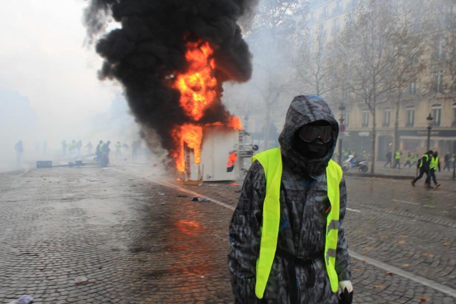 Un gilet jaunes masqué durant une émeute
