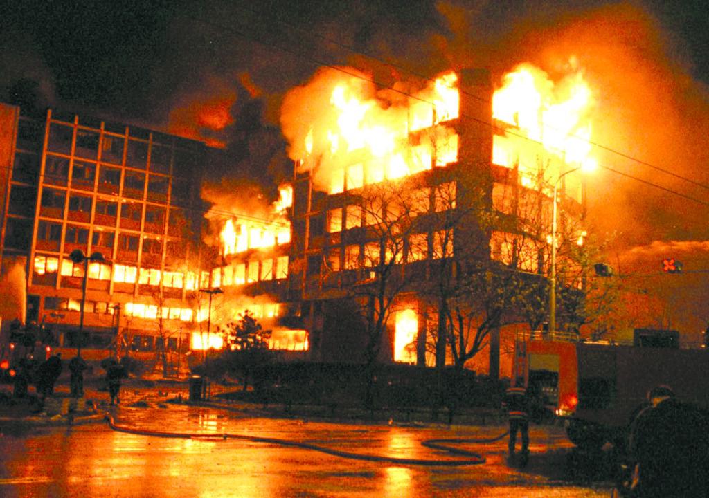 Bombardement du siège de RTS à Belgrade par l'OTAN en 1999