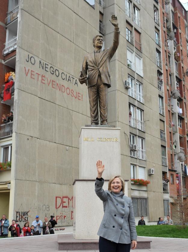Hillary Clinton photographiée devant la statue de son mari Bill érigée en plein coeur de Pristina, capitale du Kosovo, lors d'une visite en 2010.