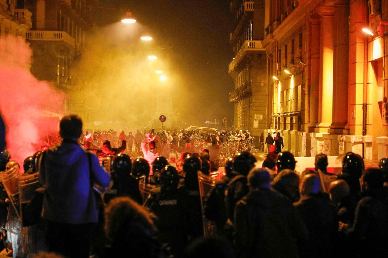 Naples : nuit de révolte contre l'état d'urgence et le couvre-feu