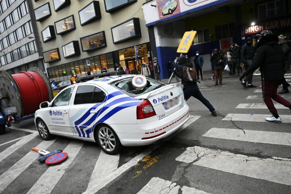 Bruxelles – Révolte pour Ibrahima : un commissariat incendié, la voiture du roi caillassée